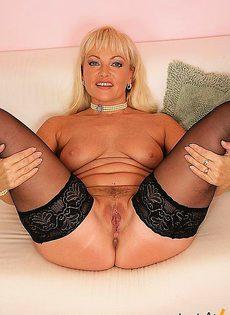 Блондинка умело расправляется с пилоткой на своём теле - фото #