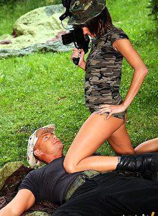 Поймала шпиона, которого трахнула на месте - фото #