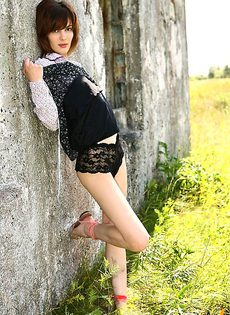 Подрочила себе пизду возле заброшенного дома - фото #