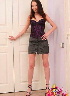 Женщина закрывшись в комнате стала любоваться своей пиздой - фото #
