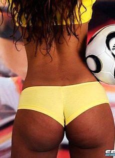 Футболистка снимается голышом ради своих поклонников - фото #