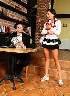 Трахнул девочку на деревянном столе - фото #