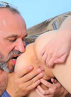 Секс пенсионера с молодой девушкой - фото #