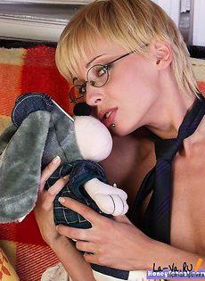Худощавая шлюшка с маленькими сиськами - фото #