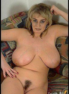 Блондинка с легкостью касается своих огромных сисек языком - фото #