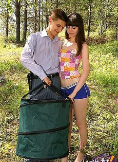 Далеко в лесу парень трахал в жопу свою девушку - фото #