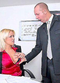 Блондинка порадовала своего рабочего своей прекрасной попкой - фото #