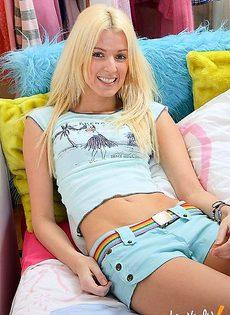 Трахнул блондинку в жопу у нее в гримерке - фото #