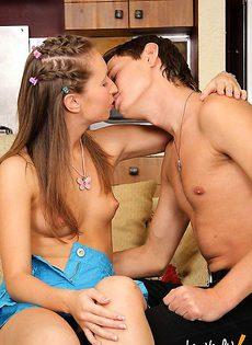 Уговорил свою соседку заняться с ним сексом - фото #