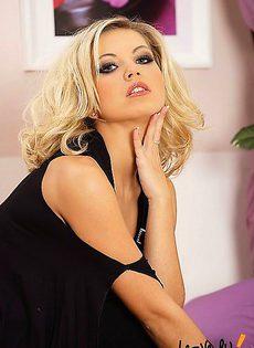 Блондинка в сексуальных колготках и без трусов - фото #