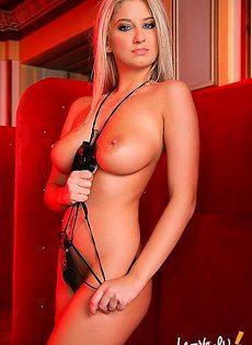 Блондинка с идеальной грудью занимается стриптизом - фото #