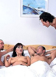 Брюнетка согласилась переспать только с двумя мужиками - фото #