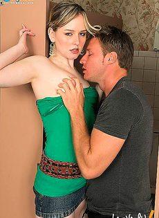 Начальница застала в туалете трахающихся сотрудников - фото #