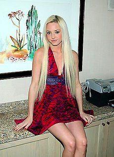 Девушка решилась показать свои прелести под платьем - фото #