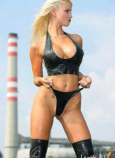 Блондинка с помощью своих огромных сисек пытается поймать машину - фото #