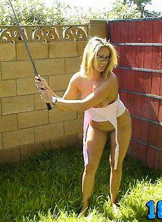 Голая сучка учиться играть в гольф у себя на заднем дворе - фото #