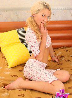 Блондинка избавилась от своей пижамки под которой ничего небыло - фото #
