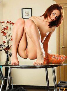Дрочит свою киску на кофейном столике - фото #