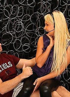 Воткнул свой палец в упругую попку блондинки - фото #