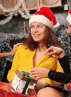 Девочки снегурочки нашли в одном из подарков прозрачный самотык - фото #