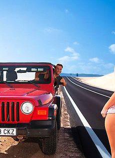 Заинтриговала водителя своими сиськами - фото #
