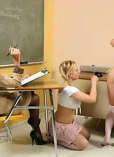 Показали своей учительнице, как они трахались вчера - фото #11
