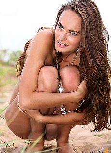 Симпатичная крошка бродит голой по пляжу - фото #