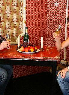 Романтическая встреча закончилась сексом около барной стойки - фото #