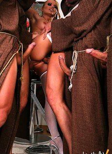 Осчастливила нескольких монахов - фото #