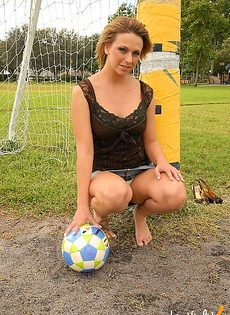 Футбольная болельщица с большими сиськами - фото #