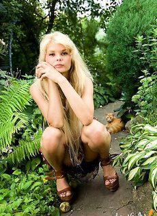 Девушка наслаждается мастурбацией у себя в саду - фото #