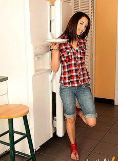 Кухня оказалась подходящим местом для стриптиза - фото #