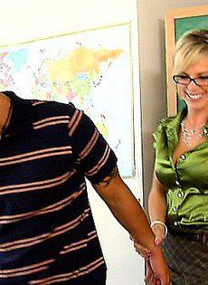 Учительница не смогла устоять перед соблазнительным учеником - фото #