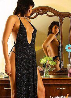Подбор платья перед зеркалом - фото #