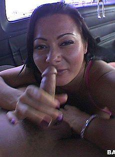 Впился губами в пилотку женщины - фото #