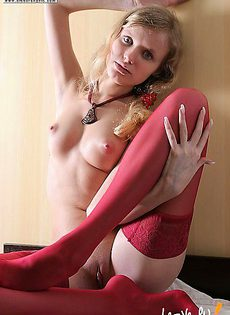 Голая девушка с розовыми сосками в чулках - фото #
