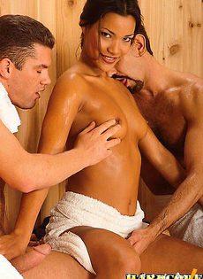 Развлекла мужчин в сауне - фото #