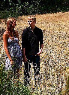 Всадил девушке посреди пшеничного поля - фото #