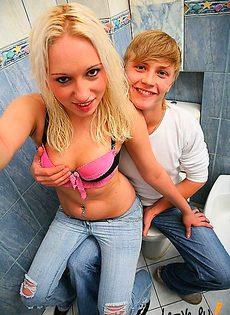 Девушка затащила парня в туалет и сделала там, минет - фото #
