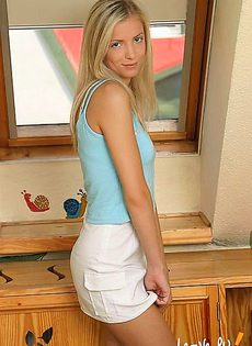 Блондинка имеет себя в пилотку - фото #