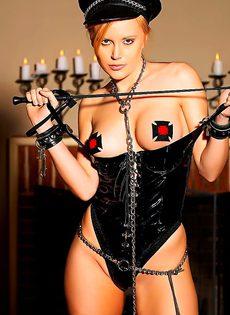 Блондинка в обтягивающей униформе - фото #