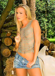 Сексуальная блондинка эротично обнажает молодое тело - фото #