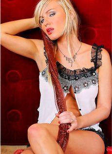 Сексуальная блондинка демонстрирует внутренности свой вагины - фото #