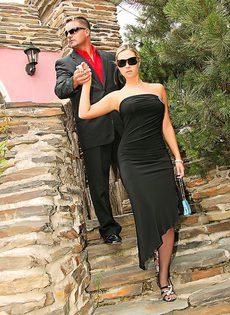 Отведала спермы своего охранника - фото #