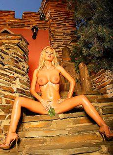 Красотка обнажила сексуальное тело во дворе собственного дома - фото #15