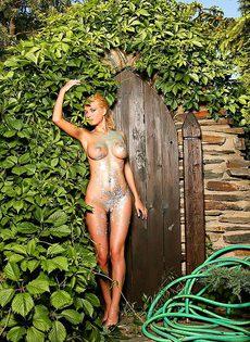 Красотка обнажила сексуальное тело во дворе собственного дома - фото #19