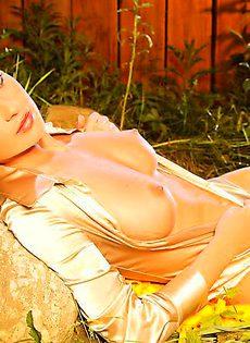 Красотка обнажила сексуальное тело во дворе собственного дома - фото #20