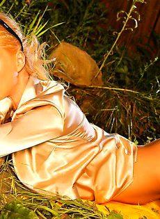Красотка обнажила сексуальное тело во дворе собственного дома - фото #23