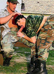 Военный поимел на посту сексуальную сучку - фото #