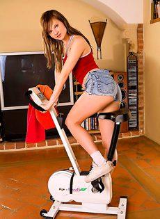 Велотренажер возбудил, милую девушку - фото #